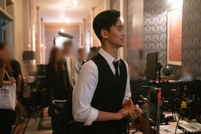 Choáng ngợp trước vẻ ngoài trẻ trung, điển trai của Kim Soo Hyun tại hậu trường bộ phim Hotel Del Luna - Hình 8