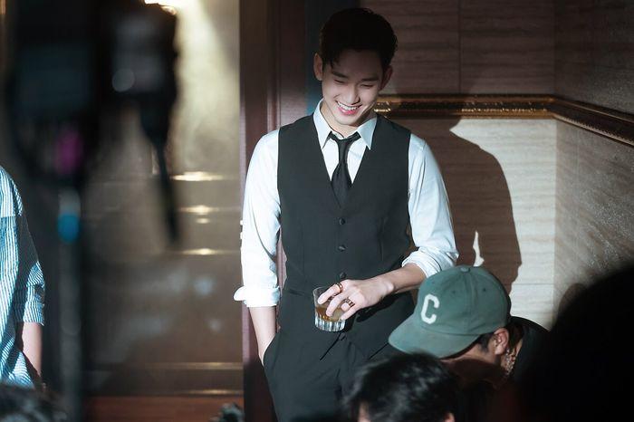 Choáng ngợp trước vẻ ngoài trẻ trung, điển trai của Kim Soo Hyun tại hậu trường bộ phim Hotel Del Luna - Hình 5