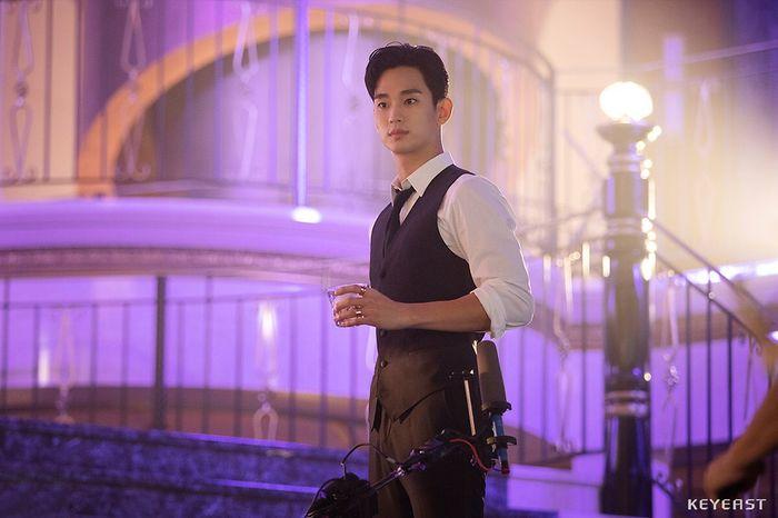 Choáng ngợp trước vẻ ngoài trẻ trung, điển trai của Kim Soo Hyun tại hậu trường bộ phim Hotel Del Luna - Hình 17