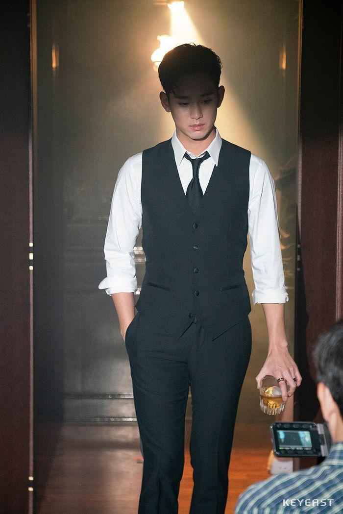 Choáng ngợp trước vẻ ngoài trẻ trung, điển trai của Kim Soo Hyun tại hậu trường bộ phim Hotel Del Luna - Hình 3