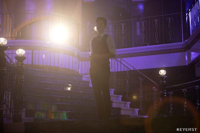 Choáng ngợp trước vẻ ngoài trẻ trung, điển trai của Kim Soo Hyun tại hậu trường bộ phim Hotel Del Luna - Hình 16
