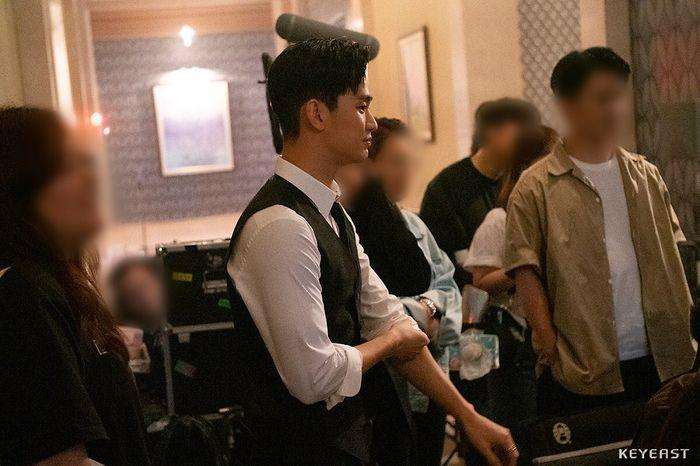 Choáng ngợp trước vẻ ngoài trẻ trung, điển trai của Kim Soo Hyun tại hậu trường bộ phim Hotel Del Luna - Hình 9