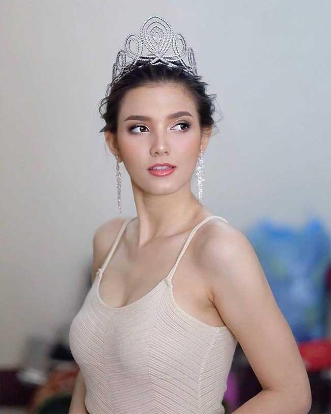 Choáng với phong cách phóng khoáng, gợi cảm của Hoa hậu đẹp nhất lịch sử Lào - Hình 5