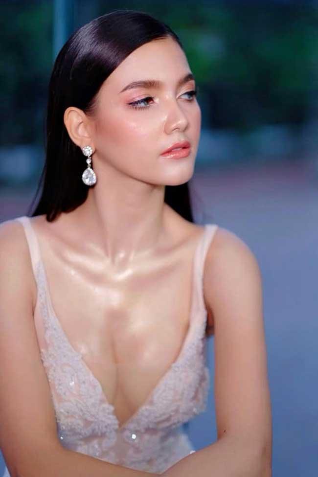 Choáng với phong cách phóng khoáng, gợi cảm của Hoa hậu đẹp nhất lịch sử Lào - Hình 2
