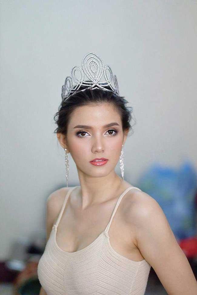 Choáng với phong cách phóng khoáng, gợi cảm của Hoa hậu đẹp nhất lịch sử Lào - Hình 8