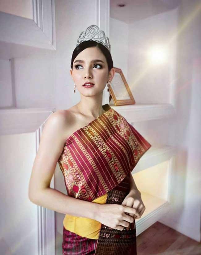 Choáng với phong cách phóng khoáng, gợi cảm của Hoa hậu đẹp nhất lịch sử Lào - Hình 15