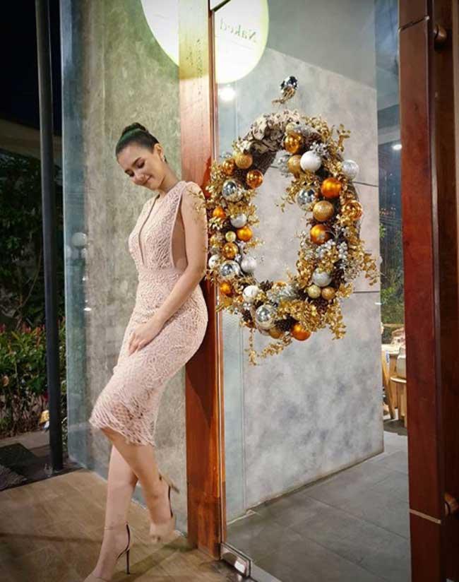 Choáng với phong cách phóng khoáng, gợi cảm của Hoa hậu đẹp nhất lịch sử Lào - Hình 9