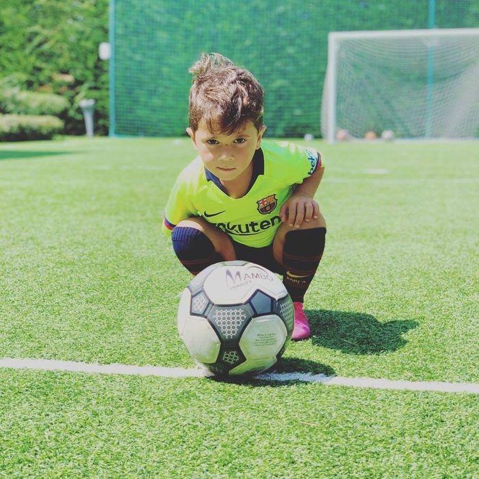 Con trai 4 tuổi của Messi thể hiện bản năng ghi bàn không thua gì cha - Hình 1