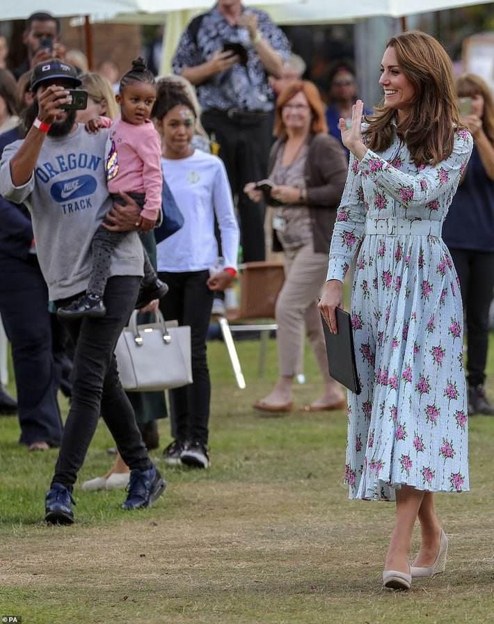 Dè sẻn như công nương Kate: mua đầm 50 triệu nhưng xài giày cũ và đeo hoa tai 150 nghìn - Hình 4