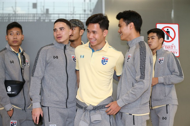Đội tuyển Thái Lan được chào đón như người hùng ngày trở về - Hình 2