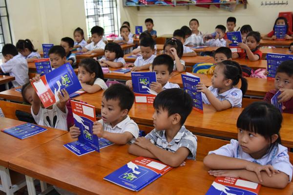 EVN HANOI sẻ chia yêu thương với học sinh huyện Ba Vì - Hình 5