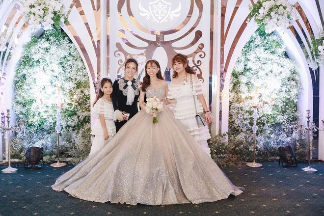 Giữa tâm bão drama vợ 2 của bố, con gái Minh Nhựa gây khó hiểu khi đăng ảnh ngày xưa 4 mẹ con vui vẻ bên nhau - Hình 3
