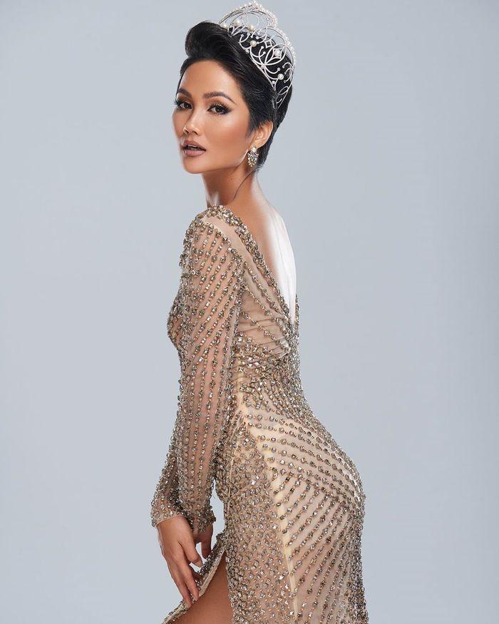 Hoàng Thùy phơi da nâu chuẩn Miss Universe, lần đầu khoe nụ cười sau khi niềng răng cấp tốc - Hình 6