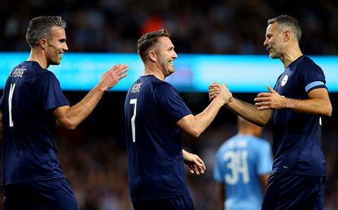 Kompany vắng mặt ở trận đấu tri ân mình, Van Persie ghi bàn, Neville bị la ó - Hình 6