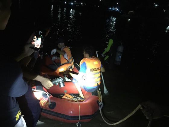 Lật đò chở 7 người trên sông Lạch Bạng, 1 người mất tích - Hình 1
