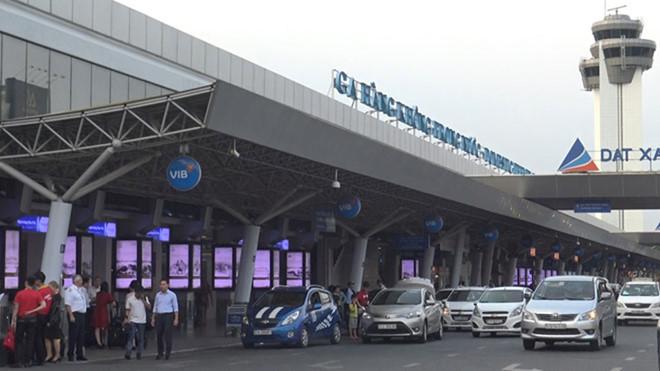 Nam hành khách nghi ngáo đá trong nhà vệ sinh sân bay Tân Sơn Nhất - Hình 1