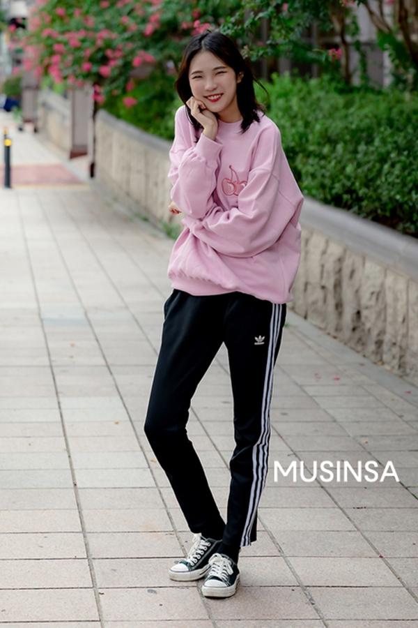 Ngắm street style giới trẻ Hàn tuần qua, bạn sẽ học được cả loạt chiêu phối đồ thoải mái mà trendy cho thu này - Hình 7