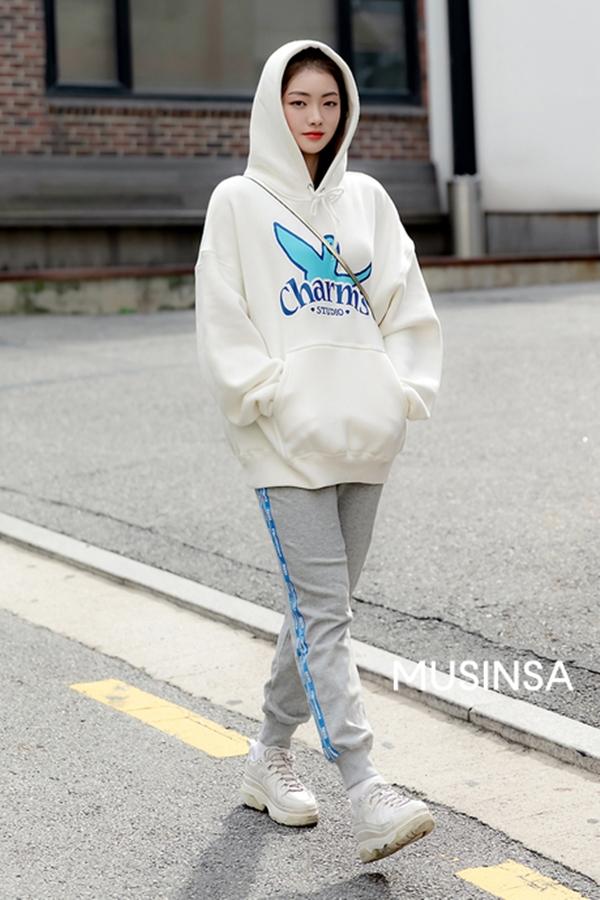 Ngắm street style giới trẻ Hàn tuần qua, bạn sẽ học được cả loạt chiêu phối đồ thoải mái mà trendy cho thu này - Hình 5
