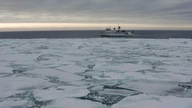 Nhà thám hiểm đầu tiên lặn tới điểm sâu nhất của cả 5 đại dương - Hình 1