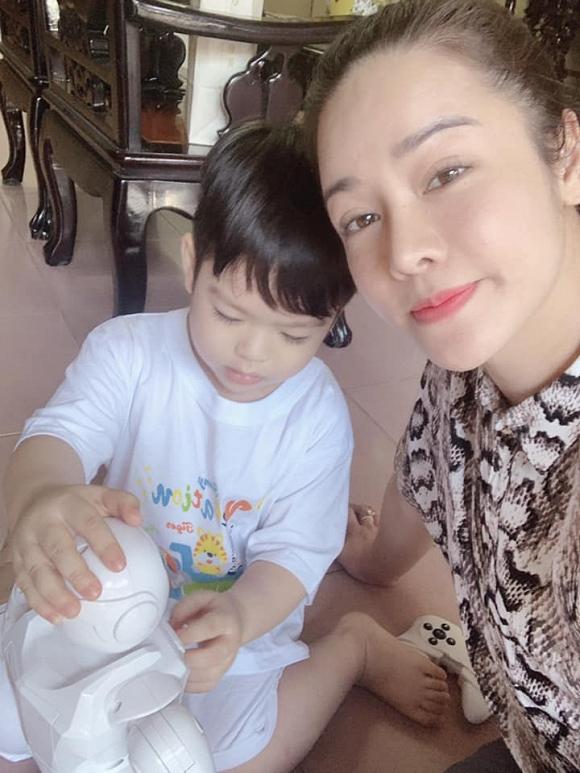 Nhật Kim Anh và chồng cũ chia lịch chơi Trung thu cùng con trai, né chụp hình chung - Hình 2