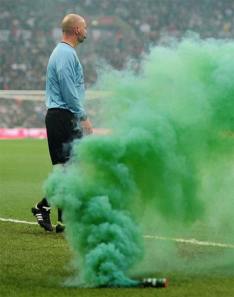 Pháo sáng và bom khói nguy hiểm thế nào trong các trận bóng đá? - Hình 2