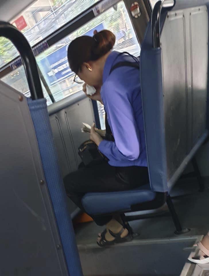 Người phụ nữ làm lơ xe buýt bị mất việc, ngồi khóc nức nở trên xe vì làm mất 7k đồng và câu chuyện khiến dân mạng phẫn nộ đằng sau - Hình 2