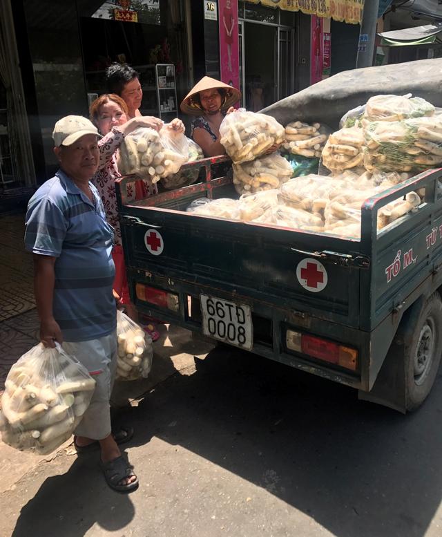 Quầy rau củ miễn phí ấm lòng người nghèo - Hình 2