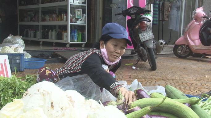 Quầy rau củ miễn phí ấm lòng người nghèo - Hình 4