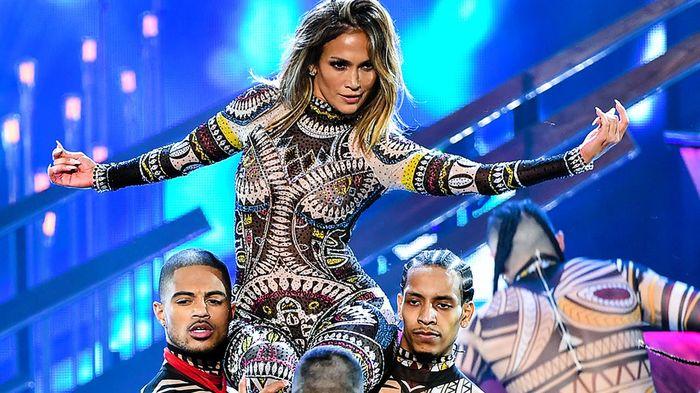 Rihanna chính là gương mặt được bạn đọc dự đoán nắm giữ vai trò chủ xị Super Bowl 2020 - Hình 4