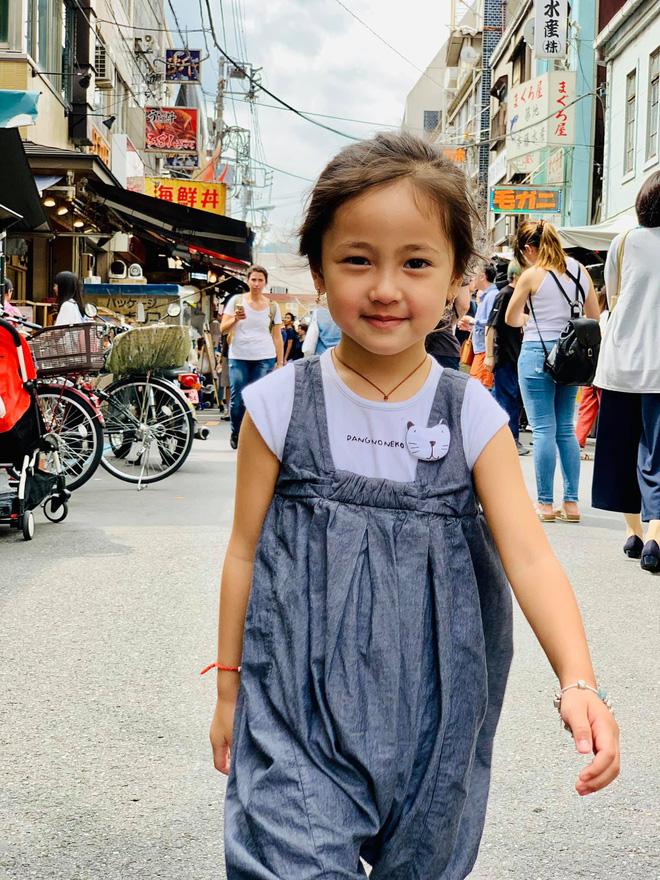 Tan chảy vì ảnh đời thường của con gái 4 tuổi Hoa hậu Hà Kiều Anh: Ngày càng xinh, dự sẽ thành tiểu mỹ nhân Vbiz - Hình 1