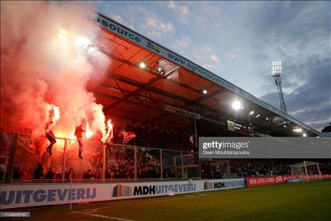 TIẾT LỘ: Văn Hậu phải làm quen với... pháo sáng khi chơi bóng ở Hà Lan - Hình 2