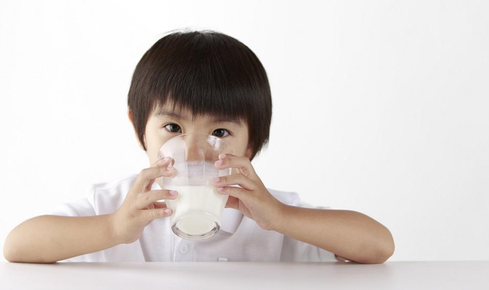 Trẻ đủ tuổi uống sữa tươi là không cần sữa bột: Nên hay không? - Hình 2