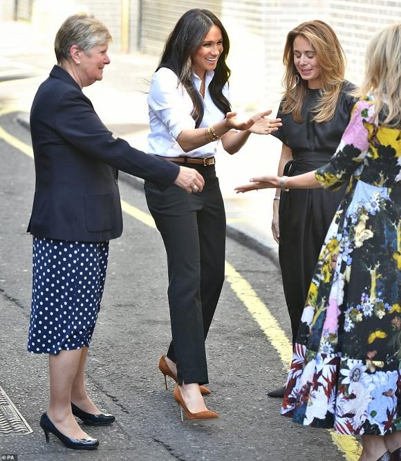 Trở lại đường đua với chị dâu Kate, Meghan mặc đồ như nàng công sở - Hình 3