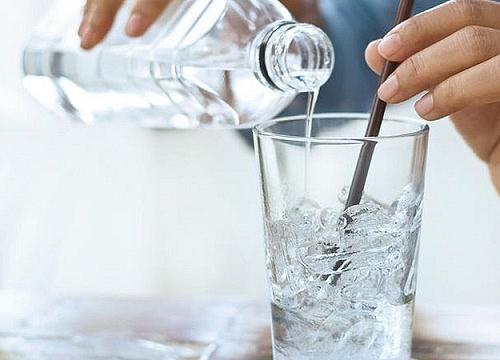 Uống nước lạnh sau ăn có thể gây ung thư? - Hình 1