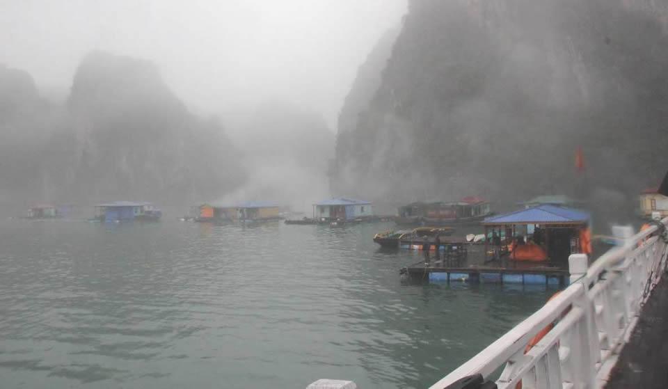 Vịnh Hạ Long trong sương - Hình 1