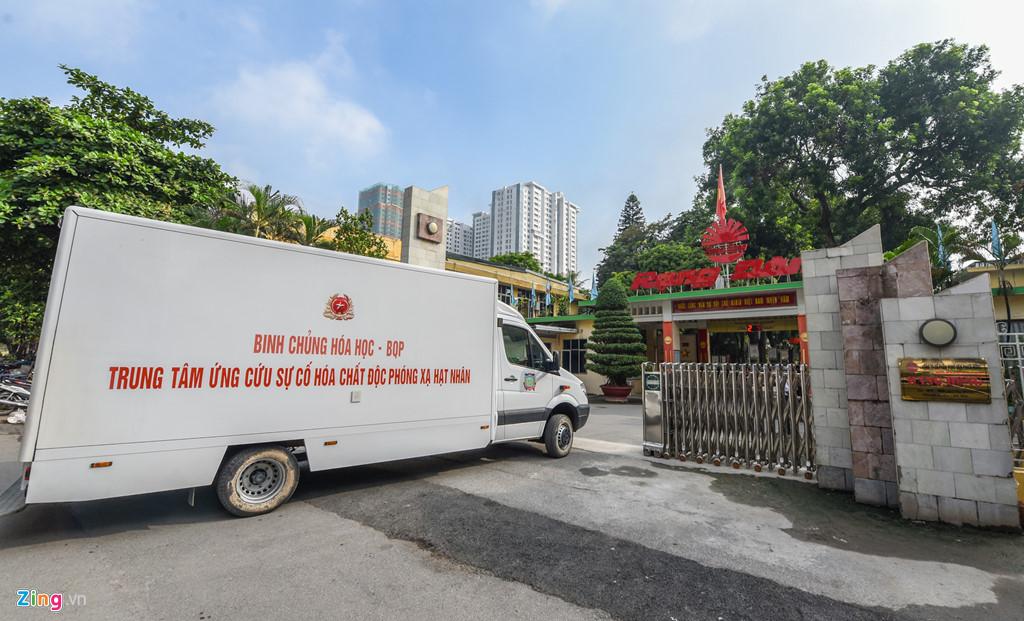 Dàn xe quân đội đến Rạng Đông tẩy độc - Hình 1