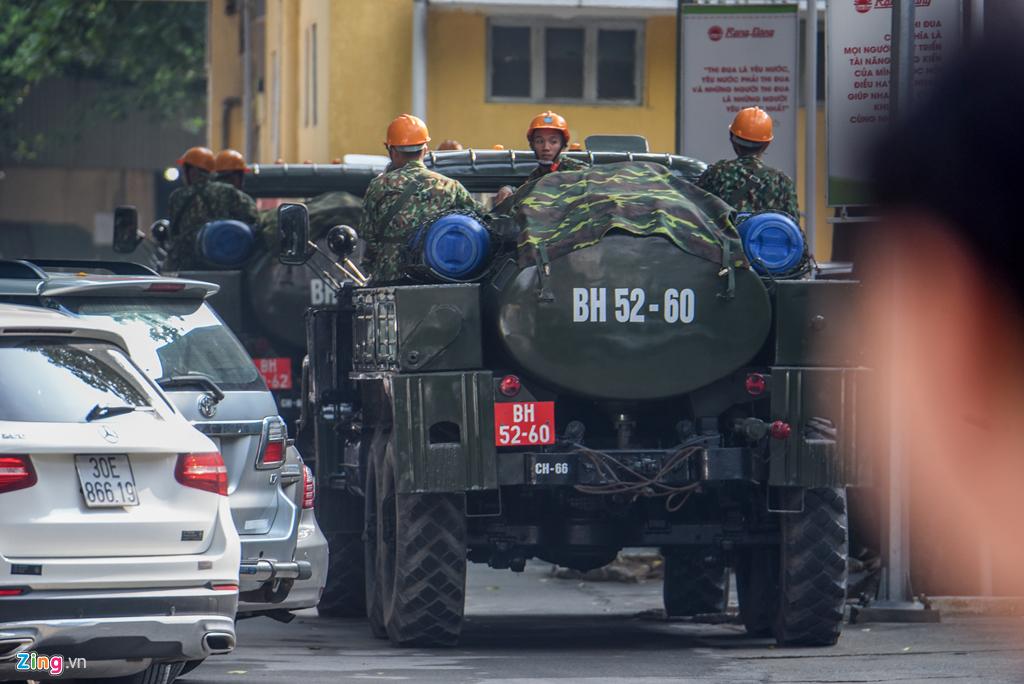 Dàn xe quân đội đến Rạng Đông tẩy độc - Hình 6