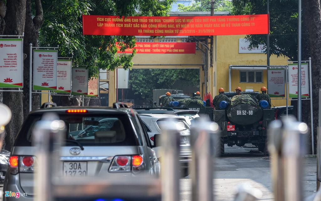 Dàn xe quân đội đến Rạng Đông tẩy độc - Hình 7