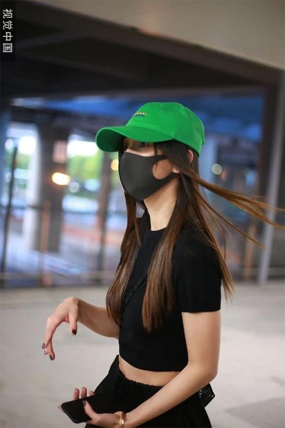Huỳnh Hiểu Minh - Angelababy: Kẻ trước người sau lẻ bóng đến sân bay, phớt lờ câu hỏi về đối phương - Hình 10