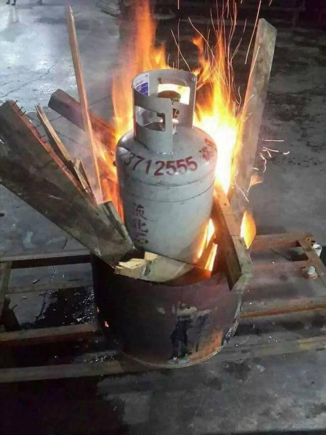 Giữ 4 người thân trong nhà, đổ dầu ra dọa đốt - Hình 1