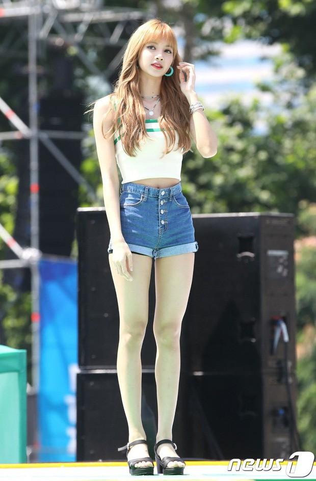 Mỹ nhân Kpop gây sốt trên chương trình Nhật Bản vì sở hữu đôi chân xứng tầm đối thủ với Lisa (BLACKPINK), đã thế lại mới 16 tuổi! - Hình 2