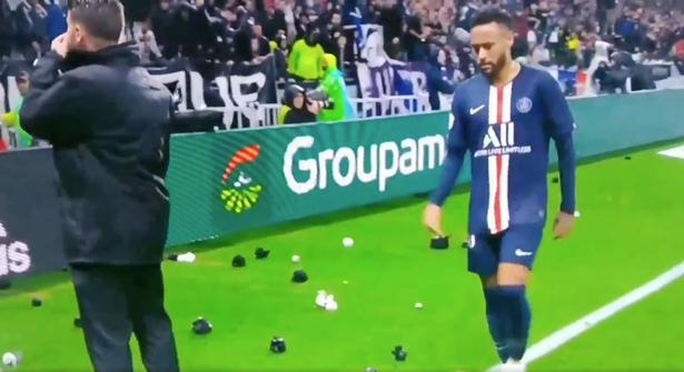Neymar bị CĐV tấn công bằng mưa vật thể lạ - Hình 1