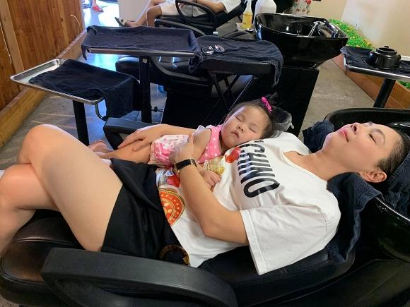 Bám theo mẹ cả lúc đi gội đầu, con gái Thanh Thảo lăn quay ra ngủ cực đáng yêu - Hình 1