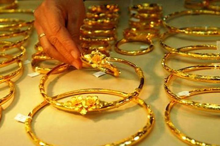 Hàng loạt bất ổn kinh tế, chính trị đẩy giá vàng tăng cao - Hình 1