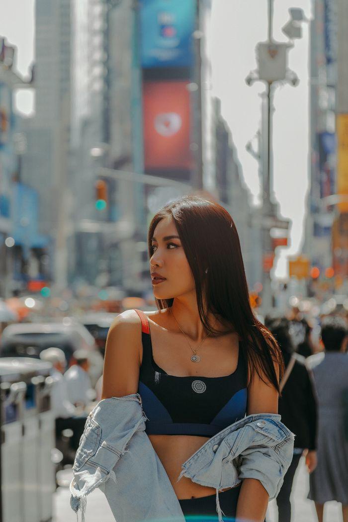 Minh Tú hờ hững khoe vòng 1 trên đường phố New York, người qua đường không thể rời mắt - Hình 1