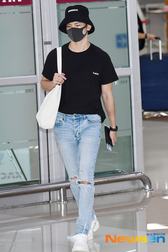 Jungkook (BTS) lộ diện sau tin đồn hẹn hò, khoe mặt mộc cùng DBSK - Sehun (EXO) tại sân bay - Hình 1