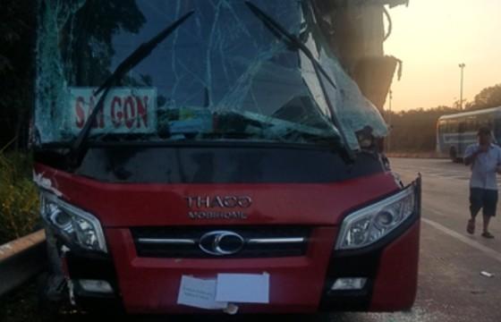 Xe khách va chạm với xe tải, tài xế bị thương, hành khách la hét sợ hãi - Hình 1