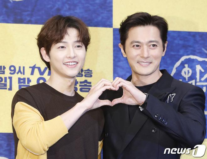 Đây là tính cách thật của Song Joong Ki và Jang Dong Gun đằng sau camera theo tiết lộ của tài tử Asadal - Hình 2
