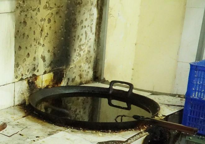 Kinh hoàng cơm cháy được chiên trong chảo dầu đen đặc - Hình 1
