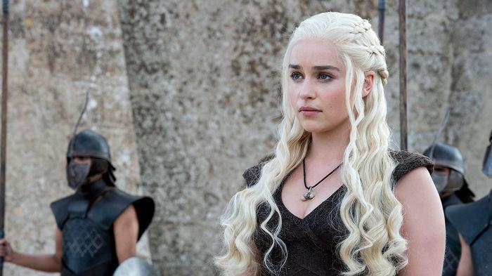 'Mẹ rồng' Emilia Clarke bất ngờ để tóc nâu khi đứng cùng dàn cast Game Of Thrones khiến fan không nhận ra - Hình 2
